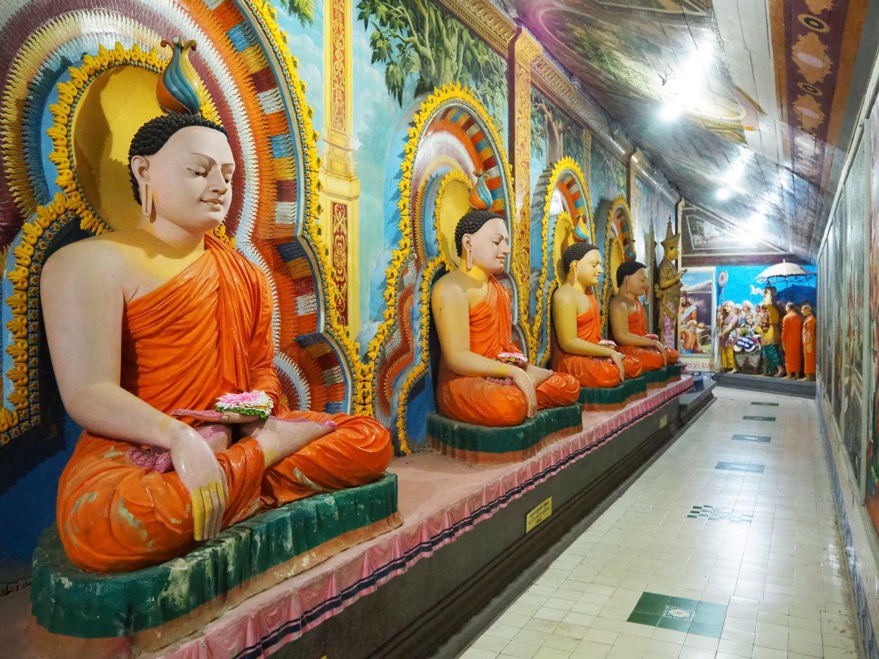 Buddha-Statuen im Angurukaramulla-Tempel