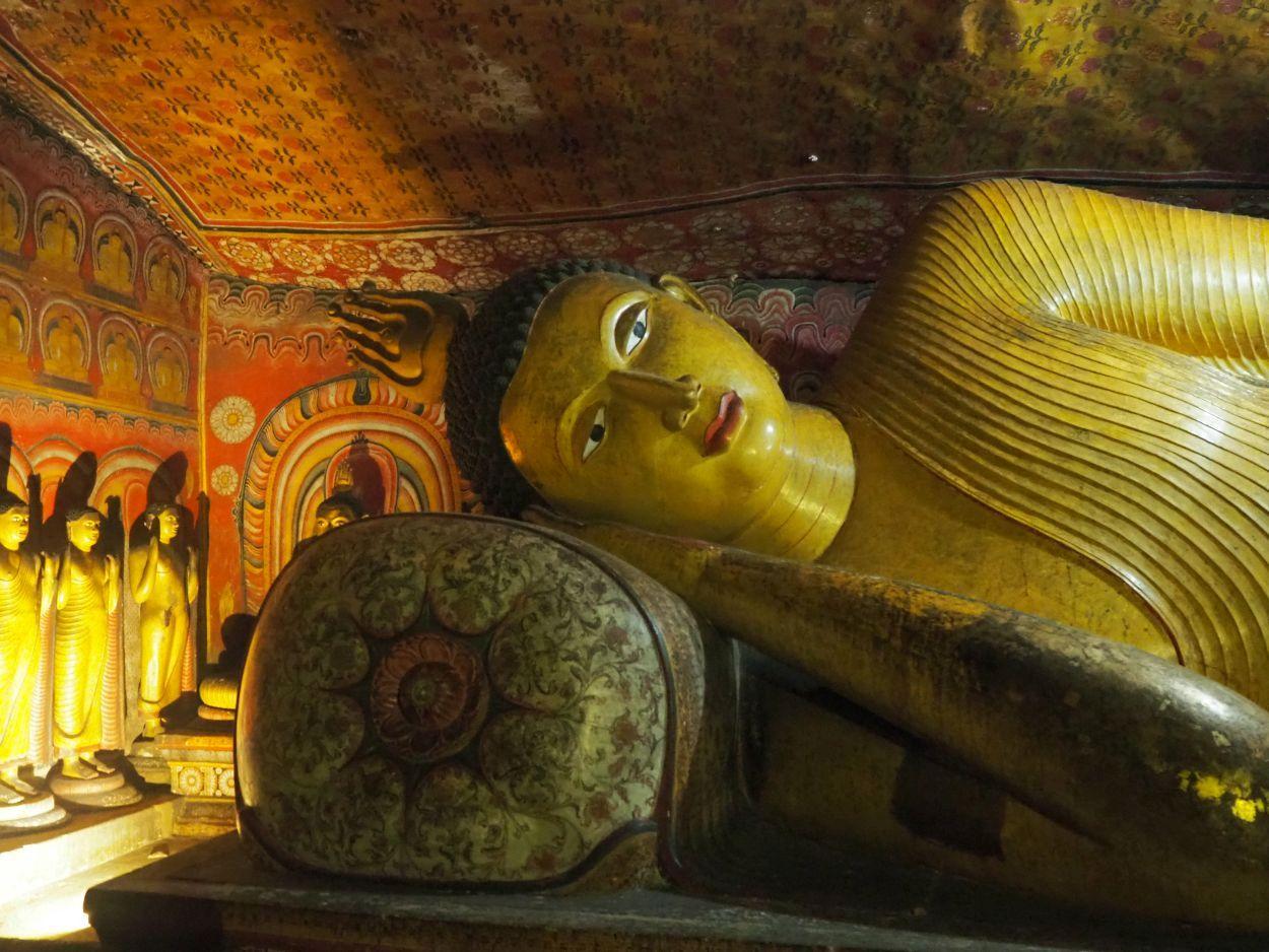 Liegende Buddha-Statue im Höhentempel