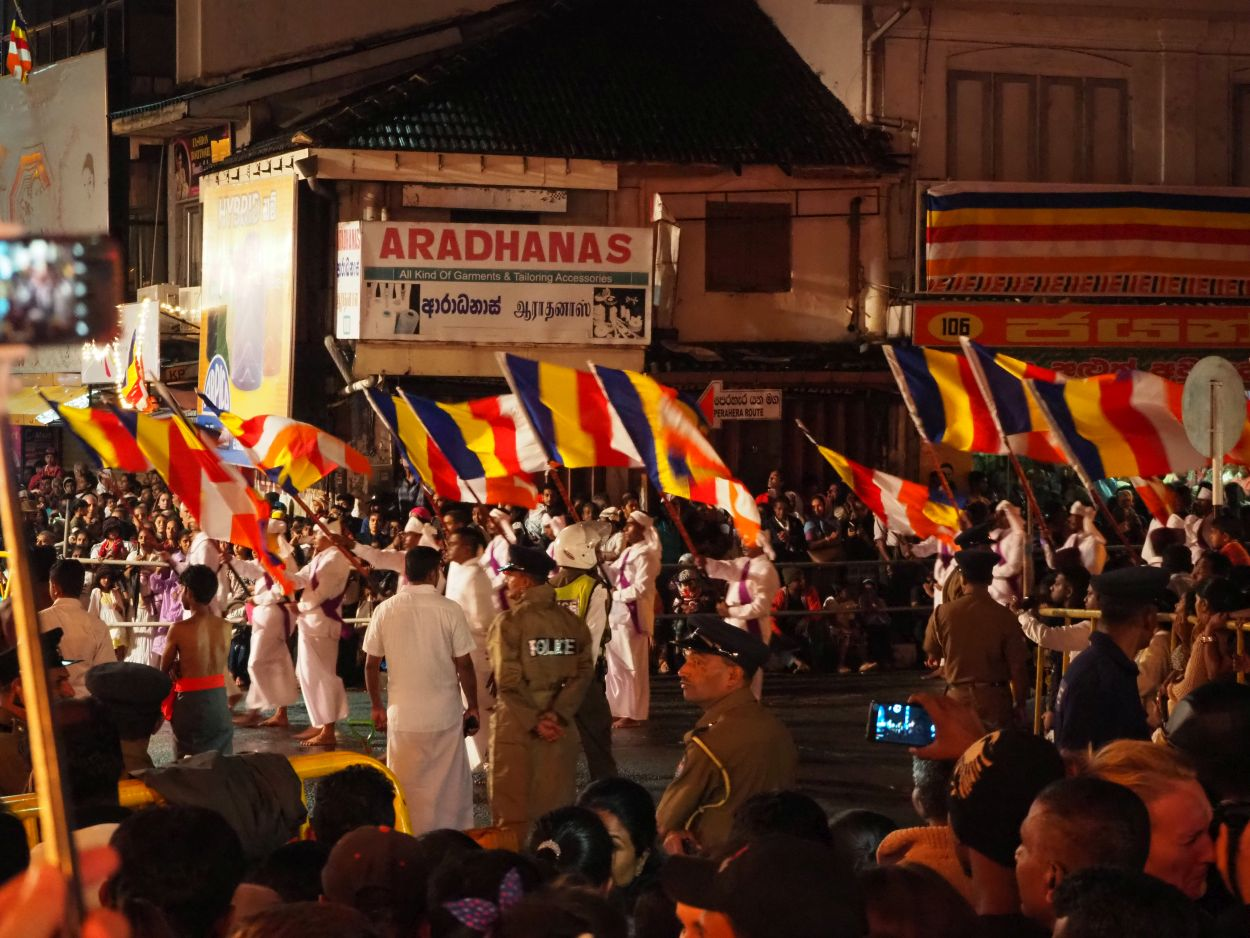 Fahnenschwenker beim Buddha-Festival in Kandy