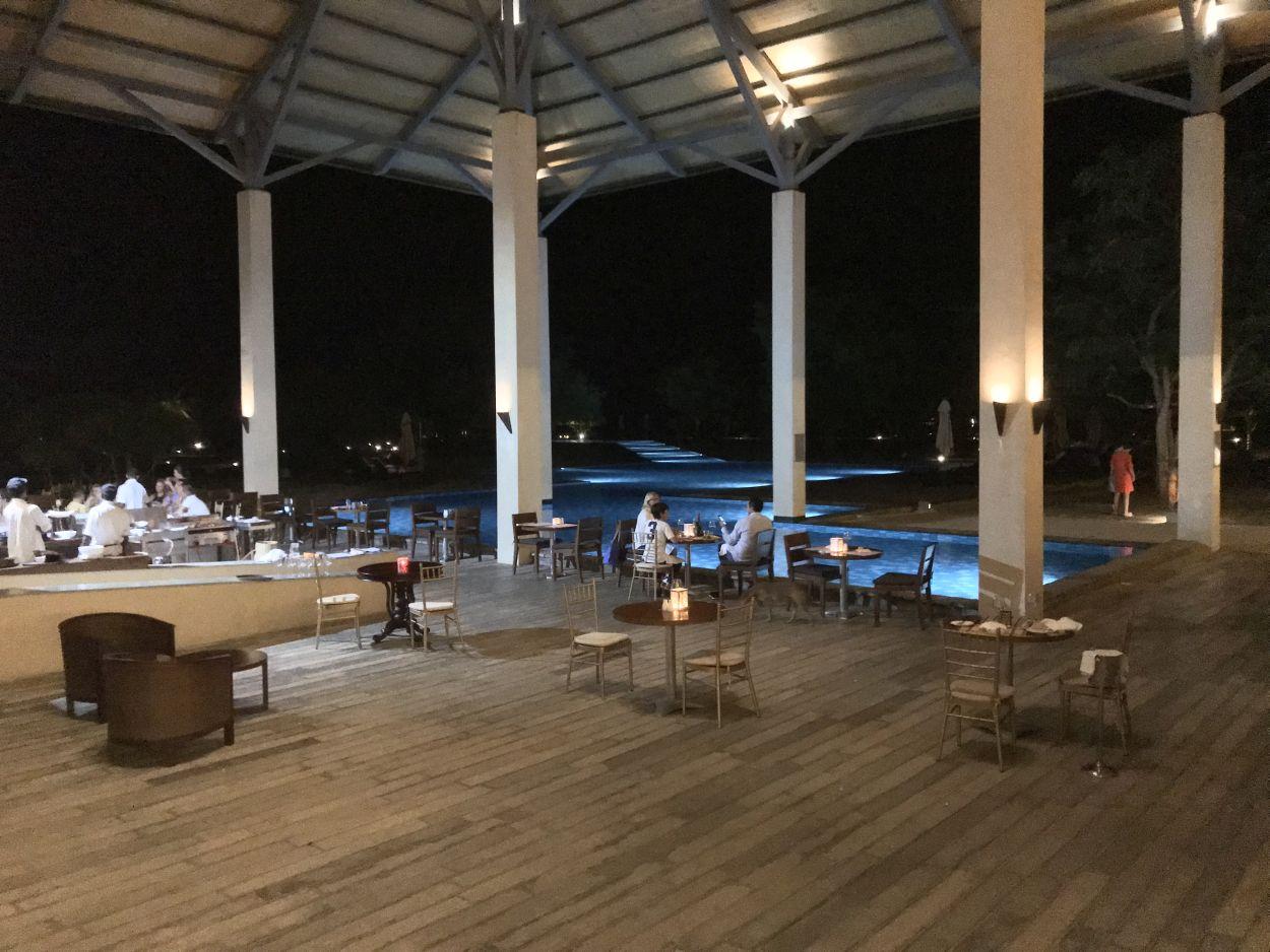 Tagesabschluss in der Hotelbar am Pool / Sri Lanka