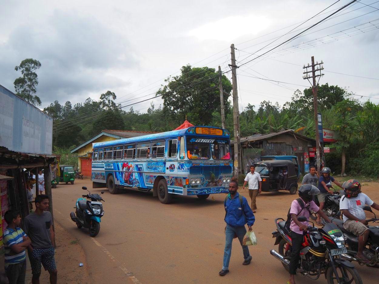 Warten an der Schranke in Sri Lanka