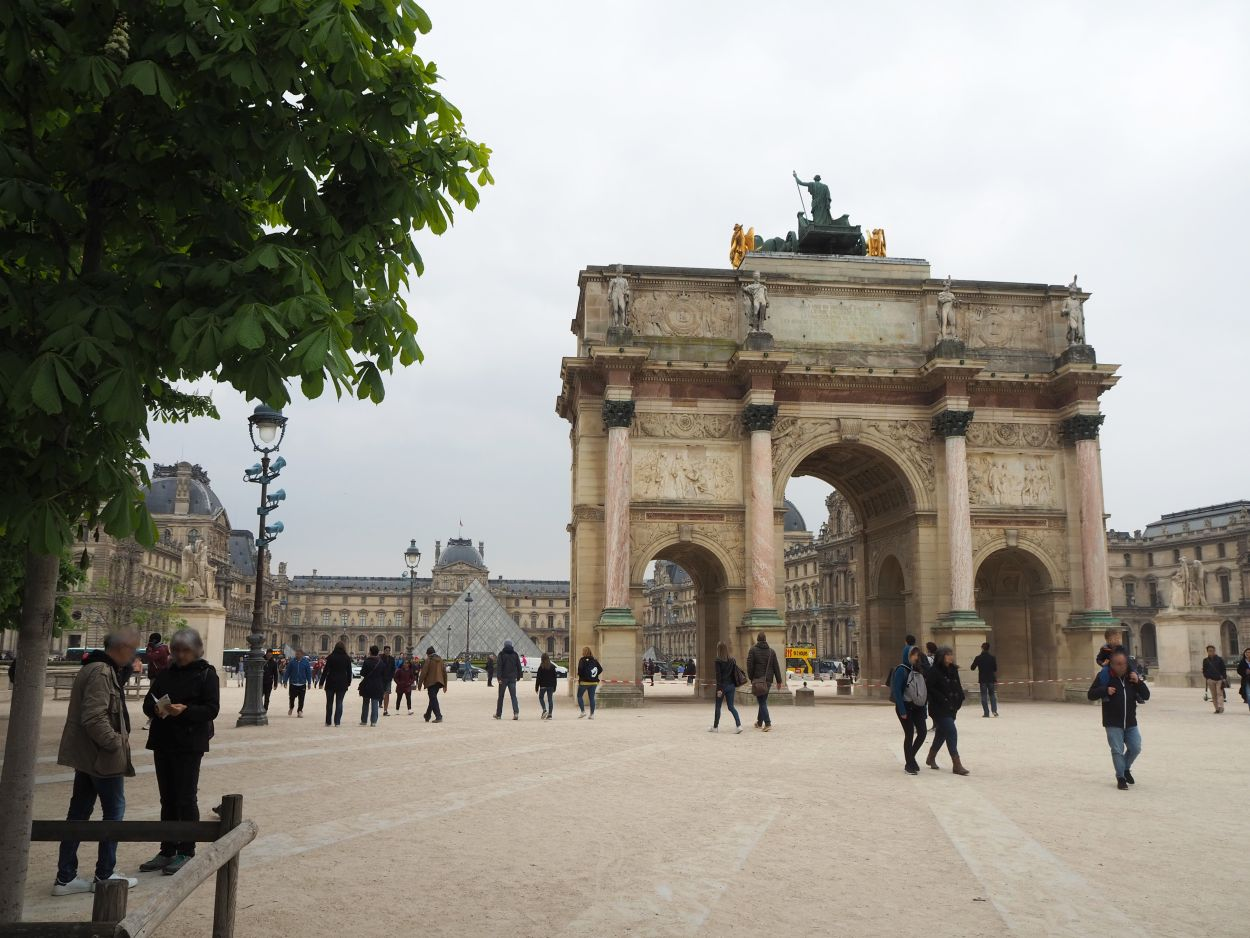 Arc de Triomphe du Carrousel mit Louvre und Glaspyramide