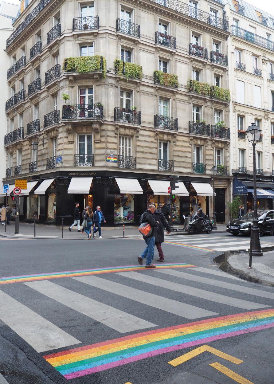 Regenbogen Zebrastreifen in Paris