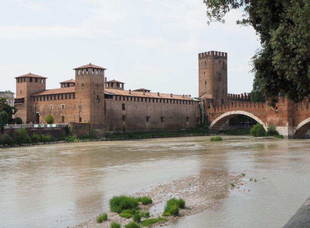 Scaligerbrücke mit Castelvecchio in Verona