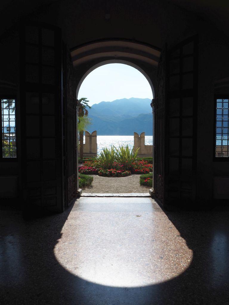 Blick in den Garten des Palazzos in Malcesine
