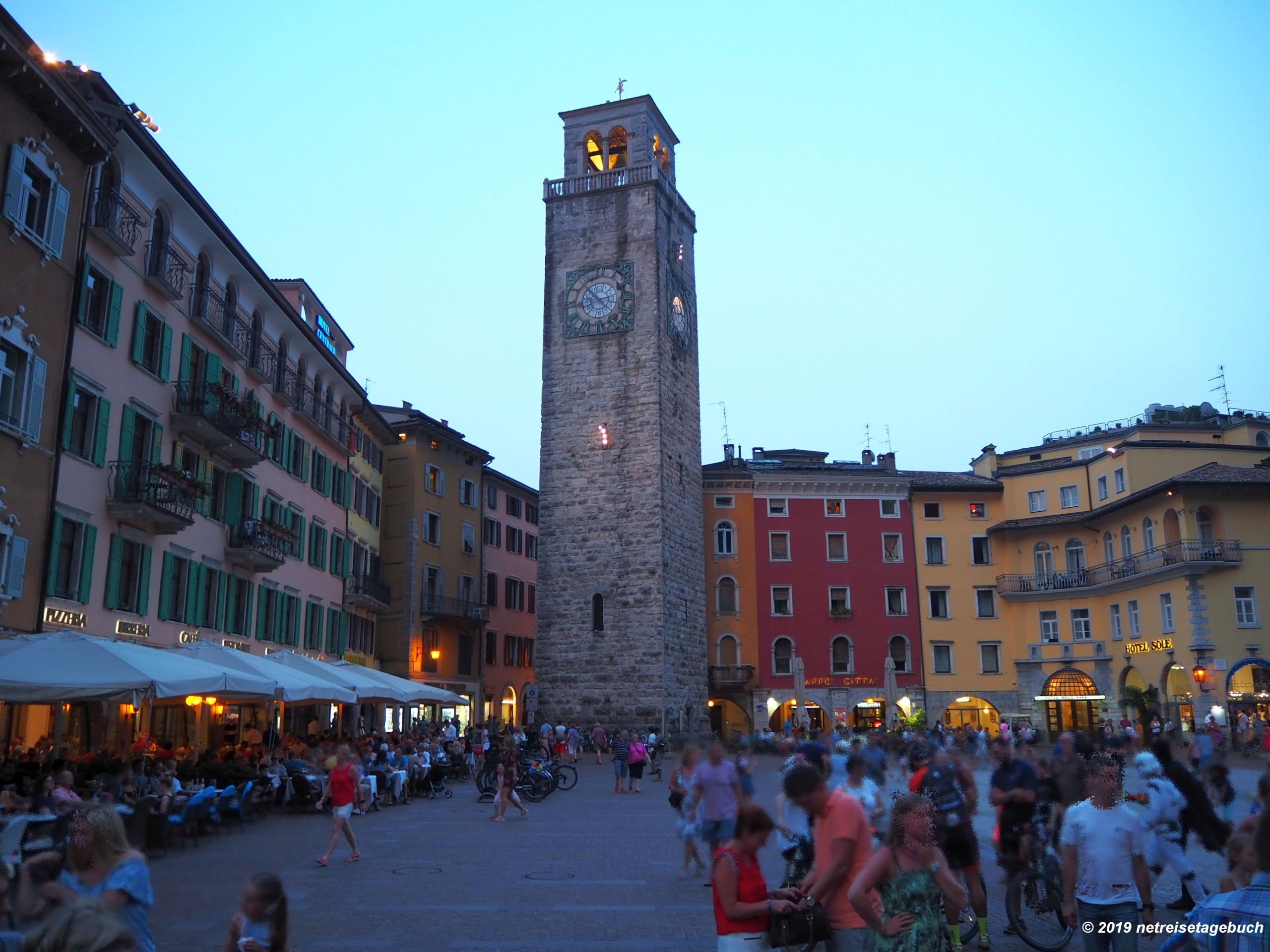 Riva del Garda – belebte Altstadt im Norden vom Gardasee