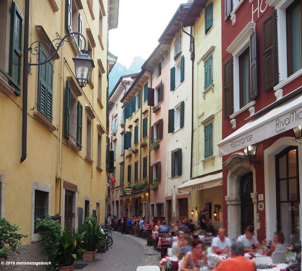 Den lauen Sommerabend in Riva genießen