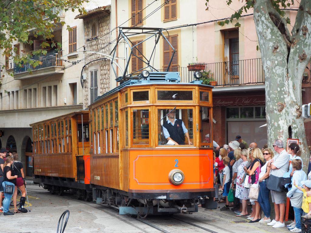 Viele Fahrgäste warten auf die Straßenbahn von Soller