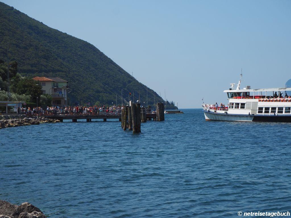Mit dem Ausflugsboot über den Gardasee fahren