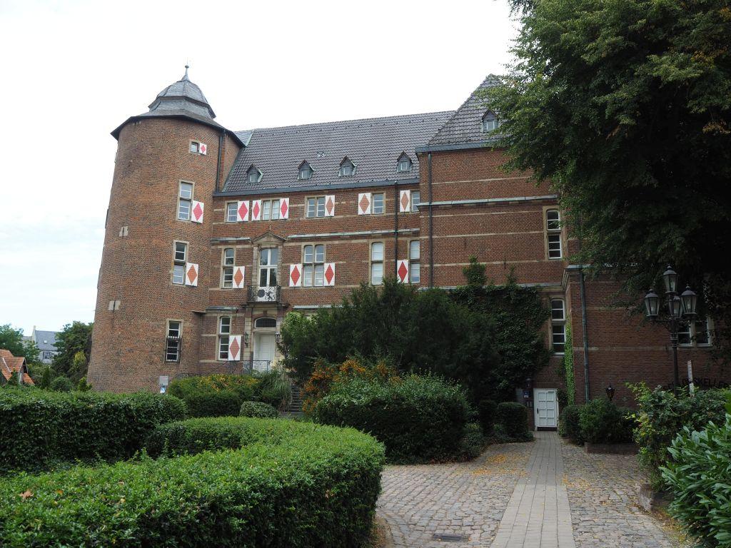 Der Erft-Radweg führt auch an Schloss Bedburg vorbei