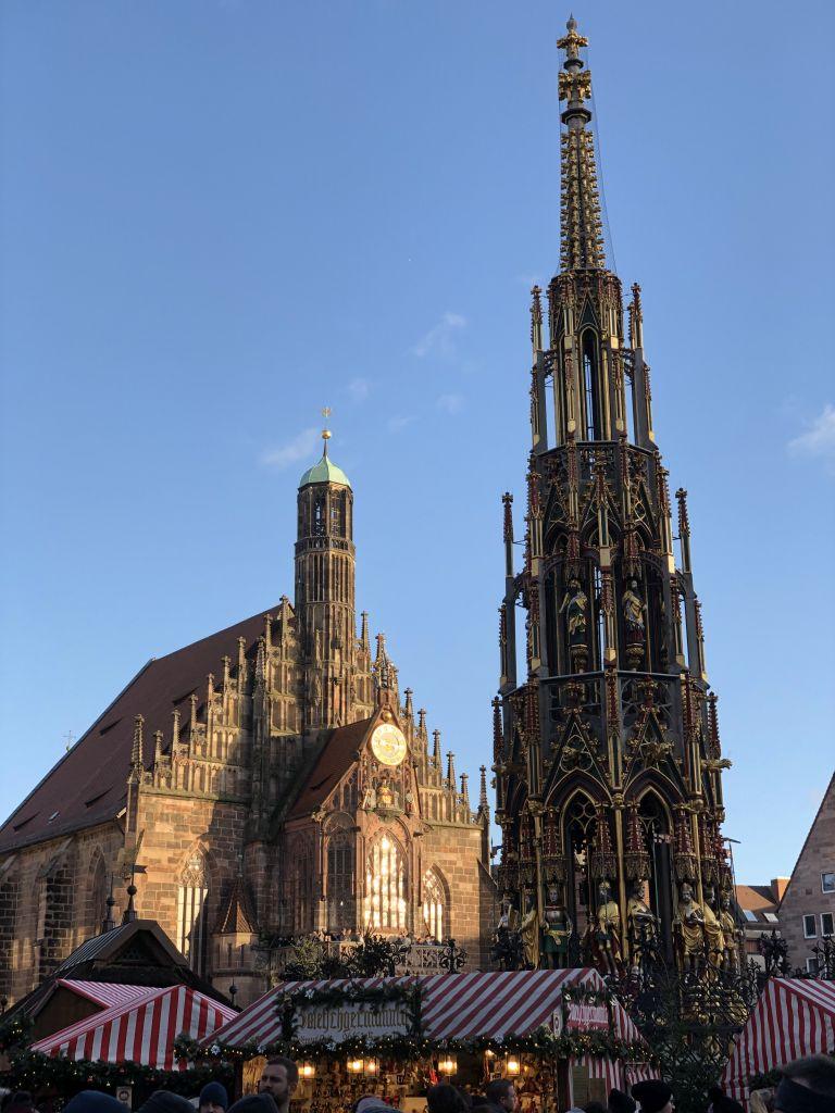 Christkindlmarkt Nürnberg am Hauptmarkt mit Liebfrauenkirche und Schöner Brunnen