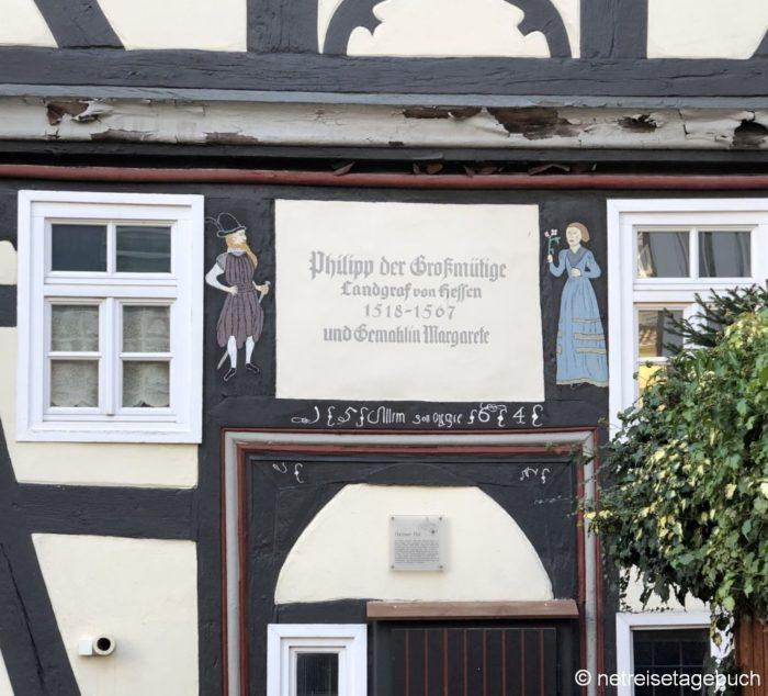 Inschriften auf den Häusern