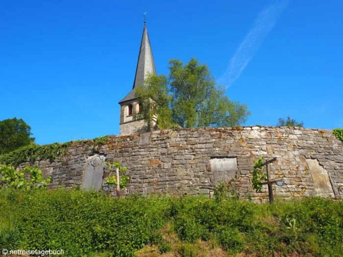 Romanischer Kirchturm in Gruiten-Dorf