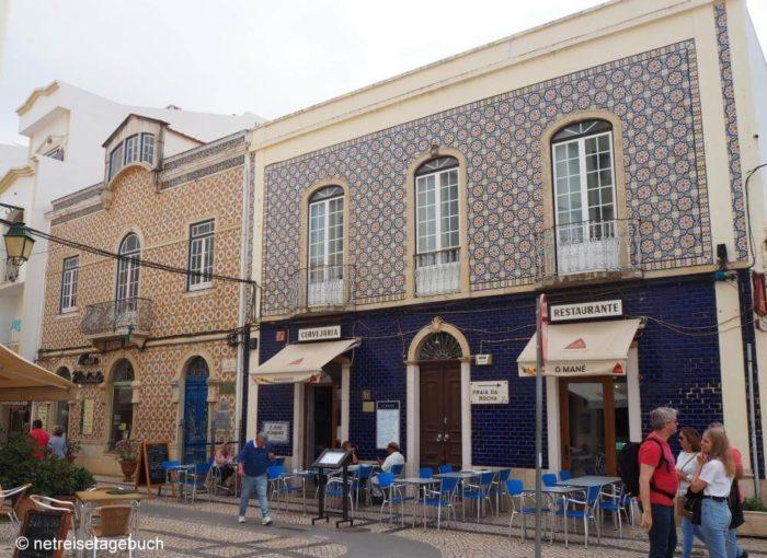 Geflieste Häuser in der Altstadt von Portimao