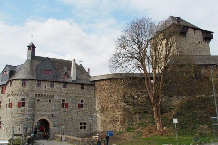 Um Schloss Burg wandern – bergiges Ausflugsziel NRW zur Sengbachtalsperre und dem Kiepenkerl